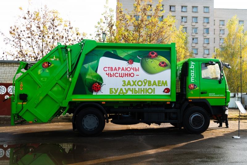 МАЗ выпустил первый супермусоровоз с «мега-рукой» и представил его в Могилеве